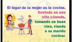 El lugar de la mujer es la cocina. Sentada en una silla cómoda, tomando un buen vino, viendo a su marido cocinar.