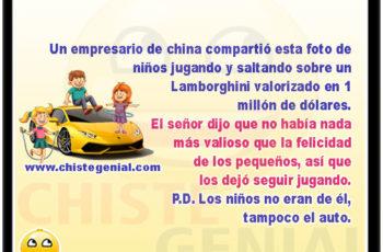 Un empresario de china compartió esta foto de niños jugando y saltando sobre un Lamborghini valorizado en 1 millón de dólares. El señor dijo que no había nada más valioso que la felicidad de los pequeños, así que los dejó seguir jugando. P.D. Los niños no eran de él, tampoco el auto.